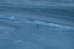 Fissures en glace bleue Photos libres de droits