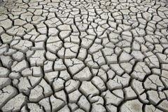 Fissures en terre pendant la sécheresse de saison sèche Image libre de droits
