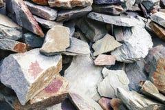 Fissures et couches colorées de fond de grès Un grand tas des grès, espace mémoire de divers grès naturel Le patt Photos stock