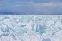 Fissures extrémales sur la glace du lac Baïkal l'eau congelée clair comme de l'eau de roche photographie stock libre de droits
