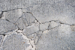 Fissures sur la route bétonnée photographie stock libre de droits