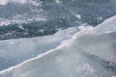 Fissures sur la surface glaciale de la rivière au printemps Photo stock