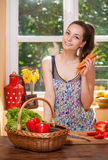 Fit brunette beauty and healthy food. Royalty Free Stock Photos