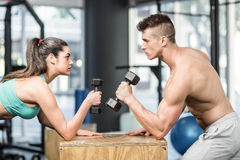 Fit couple lifting dumbbells Royalty Free Stock Photos