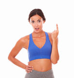 Fit lady in sport clothing pointing up Royalty Free Stock Photos