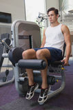Fit man using weights machine for legs Royalty Free Stock Photos