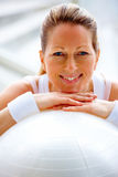Fit mature female with a fitness ball Royalty Free Stock Photography