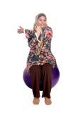 fit muslimkvinna för boll Arkivbilder