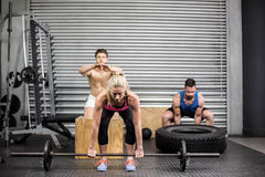 Fit people doing exercises Royalty Free Stock Photos