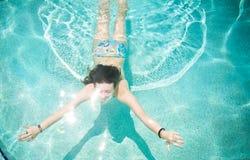 fit simningkvinna arkivfoto