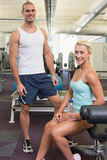 Fit smiling young couple in gym Royalty Free Stock Images