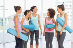 Fit smiling young women with exercise mats Royalty Free Stock Photos