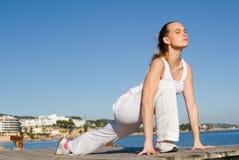 fit sund sträckande kvinna Arkivfoto