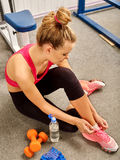 Fit woman sitting on the floor at gym Royalty Free Stock Photos