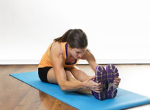 Fit woman stretching before a workout Royalty Free Stock Photos