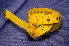 Fita adesiva de medição nas calças de brim Fotografia de Stock Royalty Free