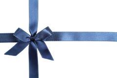 Fita azul com curva no fundo branco Imagens de Stock Royalty Free