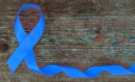 Fita azul - símbolo da conscientização do câncer da próstata no fundo de madeira com espaço da cópia foto de stock