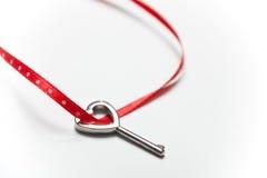 Fita chave e vermelha dada forma coração Fotos de Stock Royalty Free