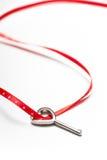 Fita chave e vermelha dada forma coração Fotos de Stock