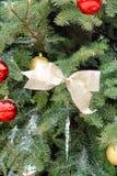 Fita colorida do Natal com os ornamento que penduram da tampa de neve imagens de stock