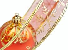 Fita cor-de-rosa e esfera vermelha do Natal Foto de Stock