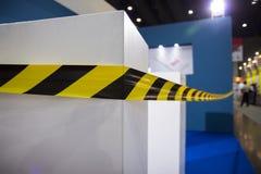 Fita da barreira para nenhuma entrada em uma exposição não cruze fitas Fotografia de Stock Royalty Free