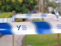 A fita da segurança da autoridade de água do vale de Yarra no canos principais molha o local do escapamento fotos de stock