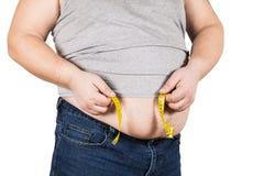 Fita de medição amarela de medição da barriga do homem maduro grosso isolada fotos de stock royalty free