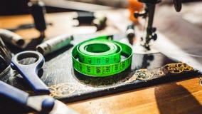 Fita de medição e costurar o material fotos de stock