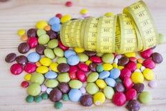 Fita de medição e doces coloridos Fotografia de Stock