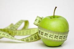 Fita de medição envolvida em torno de Apple fotos de stock