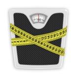 Fita de medição envolvida em torno das escalas de banheiro. Conceito do peso ilustração royalty free