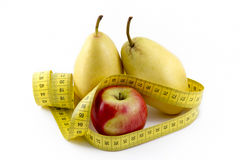 Fita de medição envolvida em torno de Apple e das peras Foto de Stock