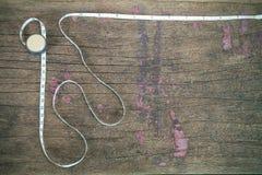 Fita de medição oxidada do vintage velho no fundo de madeira do grunge Foto de Stock Royalty Free