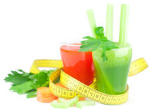 Fita de medição, vidro do suco do aipo e vidro do suco de cenoura Imagem de Stock