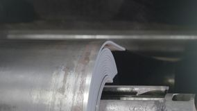 A fita de metal está movendo sobre o close-up da máquina de rolamento Moinho de rolamento da folha do rolamento Fotos de Stock