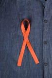 Fita do AIDS prendida na roupa fotografia de stock royalty free