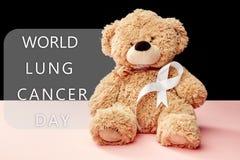 fita do câncer pulmonar, fita branca, um símbolo da luta contra o câncer pulmonar fotografia de stock royalty free