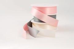 A fita do cetim bobina presente de prata cinzento cor-de-rosa isolado imagens de stock royalty free