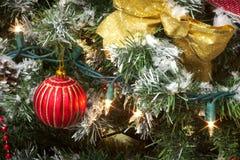 Fita do ouro da árvore de Natal, quinquilharia vermelha e luzes imagens de stock