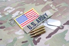 Fita do ramo do EXÉRCITO DOS EUA com o remendo e os 5 da bandeira da etiqueta de cão círculos de 56 milímetros no uniforme Foto de Stock