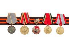 Fita do ` s de St George e medalhas da grande guerra patriótica isoladas no fundo branco Foto de Stock Royalty Free