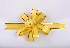 Fita e curva amarelas do presente do Natal Fotografia de Stock Royalty Free
