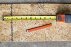 Fita e lápis de medição dos carpinteiros Foto de Stock