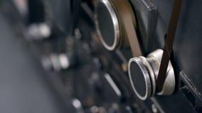 A fita está bobinando ao longo do mecanismo de gravação video estoque