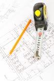 Fita métrica com lápis, vista superior Imagens de Stock Royalty Free