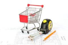 Fita métrica e carrinho de compras Fotos de Stock