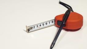 Fita métrica e a pena do preto da esferográfica Fotos de Stock Royalty Free