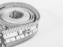 Fita métrica plástica no fundo branco Imagem de Stock